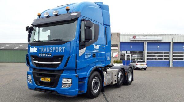 Kole Transport uit 's-Heerenhoek heeft recent een nieuwe Iveco Stralis in gebruik genomen. De voorloopastrekker is voorzien van kipperhydrauliek, zodat hij kan worden ingezet het vervoer van asfalt, zand, grind, grond andere producten.
