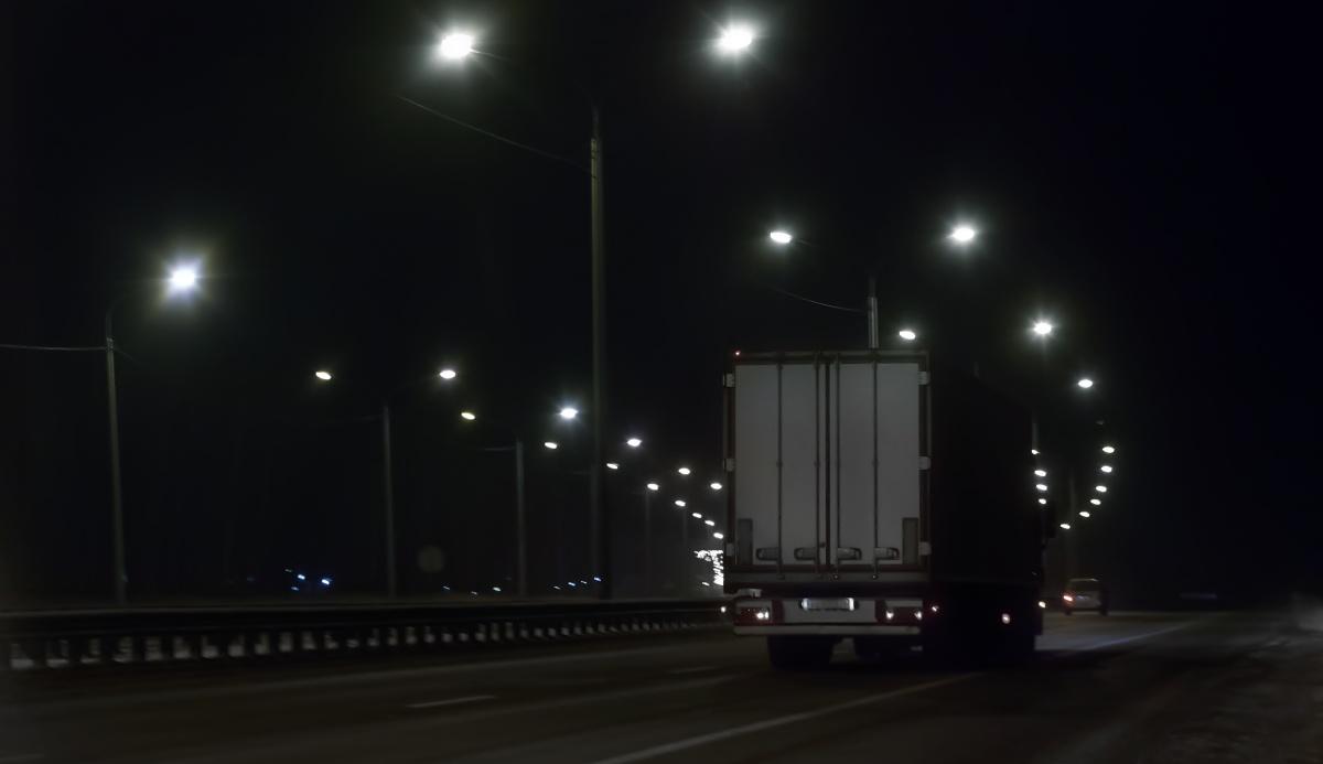 vrachtwagen op donkere snelweg avondklok