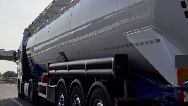 vrachtwagen op snelweg met viaduct beequip