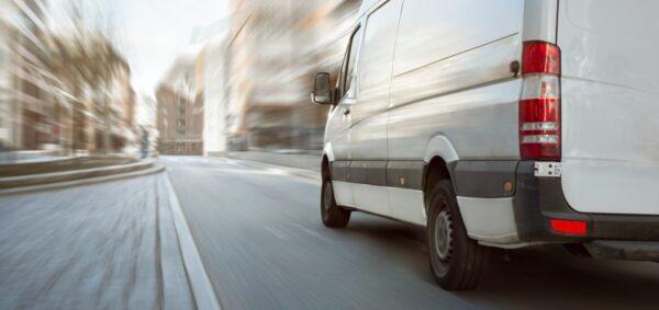 chauffeur stuurt bestelwagen door de stad