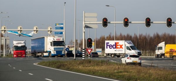 vrachtwagens op kruispunt met verkeerslichten connected transport corridor