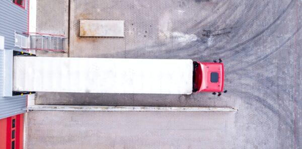vrachtwagen aan dock coronavirus
