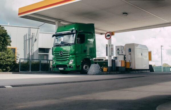 vrachtwagen mercedes-benz bij shell tankstation