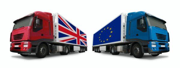 vrachtwagens met vlag verenigd koninkrijk en europese unie eurovergunning