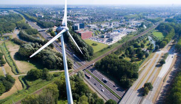 windmolen naast snelweg 's-Hertogenbosch Nederland green deal