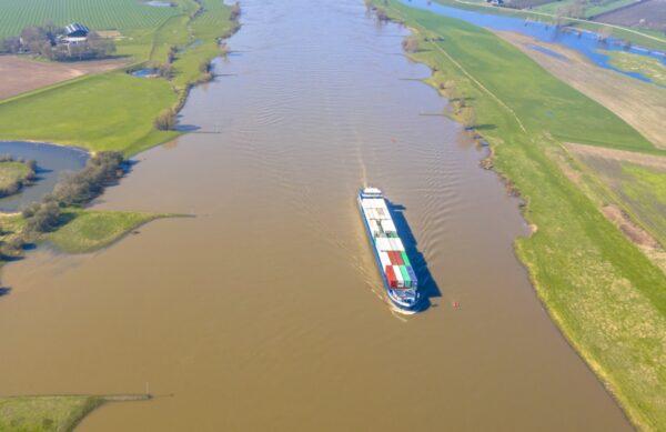 intermodaal transport binnenvaartschip geladen met containers