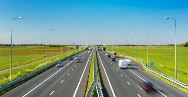 voertuigen op snelweg langs weilanden ketensamenwerking