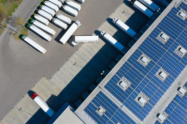 zonnepanelen op daken van logistieke gebouwen
