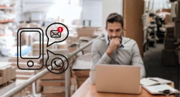 man achter laptop met pakketten notificatieservice