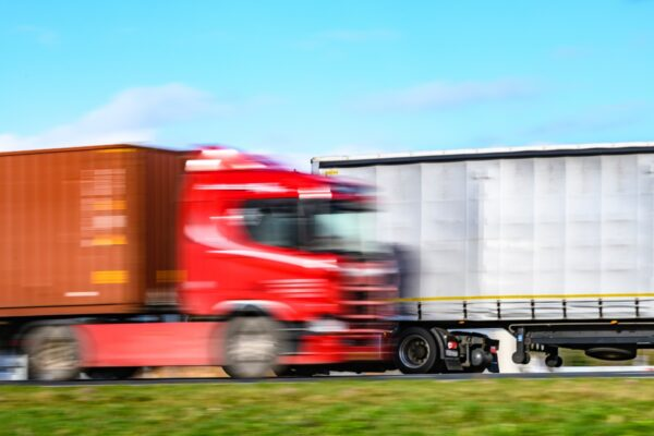 vrachtwagens komen elkaar tegen omzet transportsector