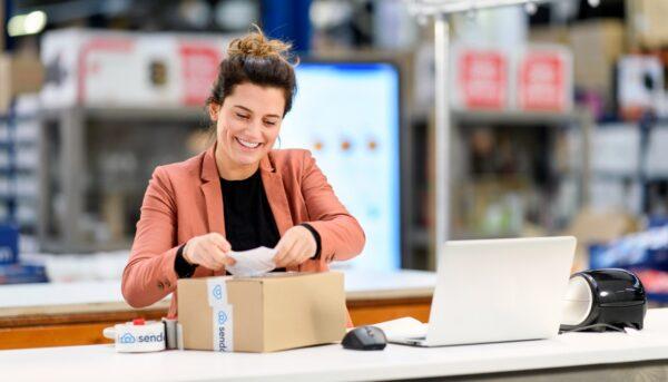 vrouw voorziet pakket van etiket pakketpiek