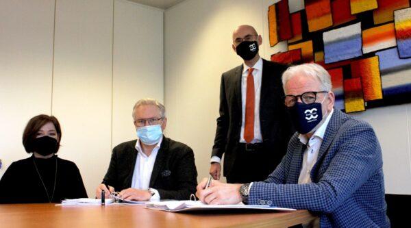 ondertekening contract 4 personen met mondkapje rabelink