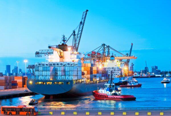 containerschip meert aan in haven van rotterdam