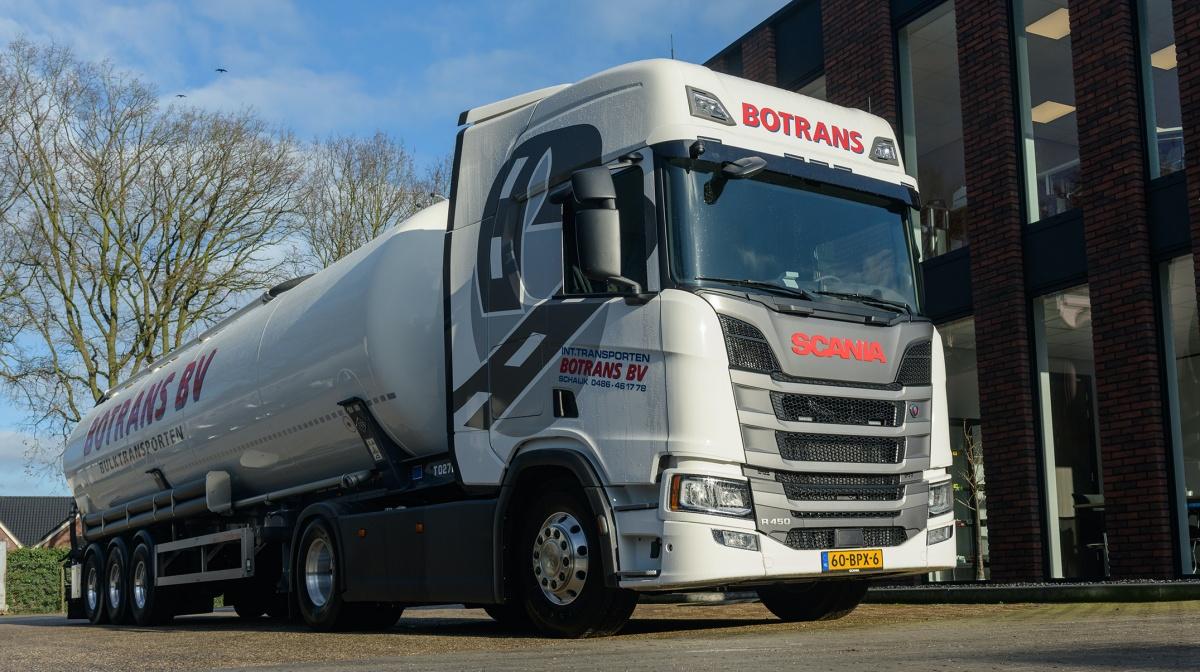 witte truck met tanktrailer scania