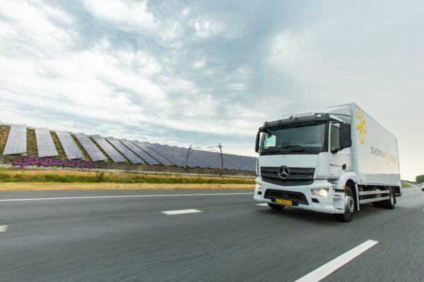 vrachtwagen schotpoort connect passeert zonnepanelen