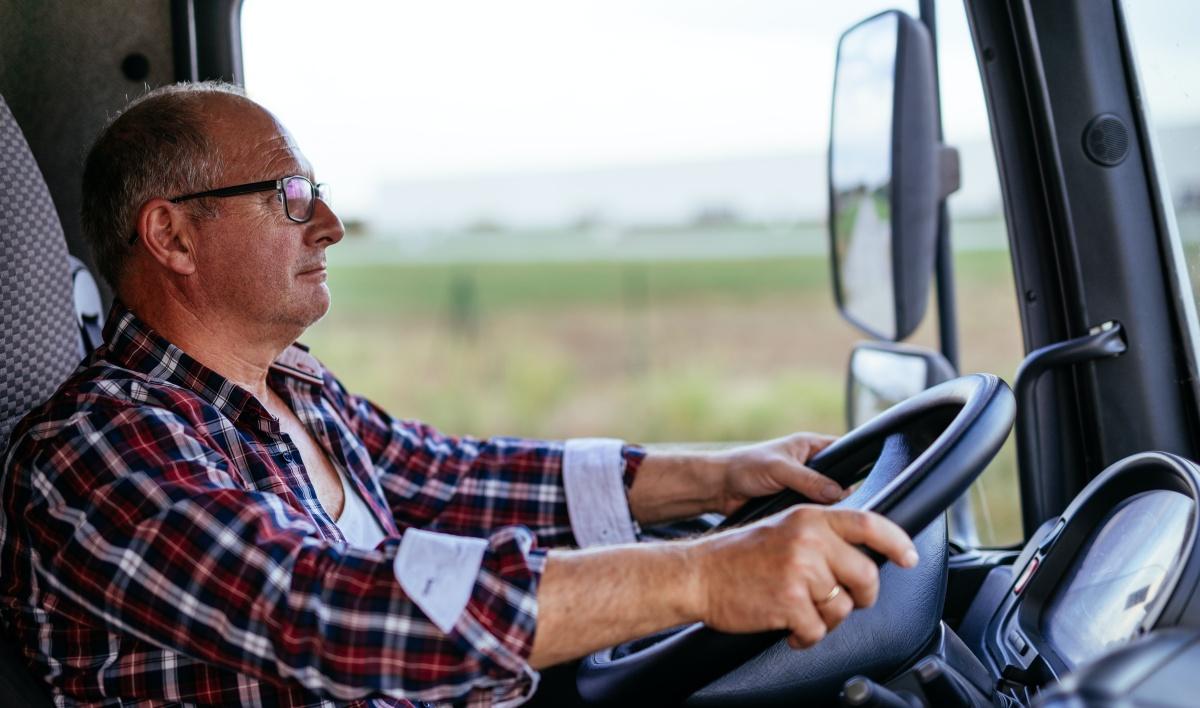 oudere vrachtwagenchauffeur senior sectormonitor