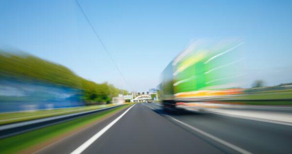 vrachtwagen op snelweg nederland transportsector