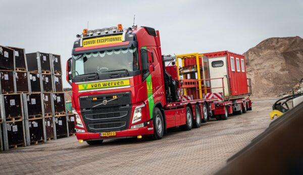 rode volvo vrachtwagen